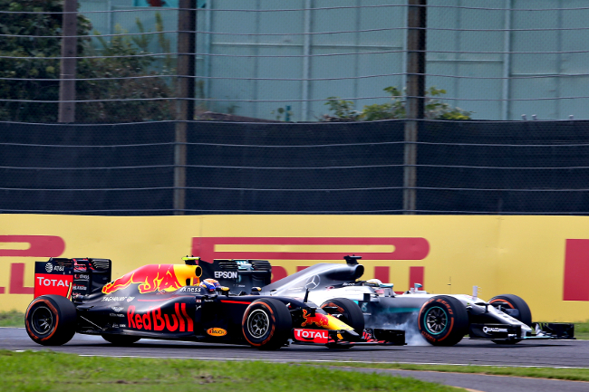 SUZUKA, JAPAN - OCTOBER 09: Lewis Hamilton of Great Britain driving the (44) Mercedes AMG Petronas F1 Team Mercedes F1 WO7 Mercedes PU106C Hybrid turbo locks a wheel under braking as he tries to overtake Max Verstappen of the Netherlands driving the (33) Red Bull Racing Red Bull-TAG Heuer RB12 TAG Heuer on track during the Formula One Grand Prix of Japan at Suzuka Circuit on October 9, 2016 in Suzuka.  (Photo by Charles Coates/Getty Images)