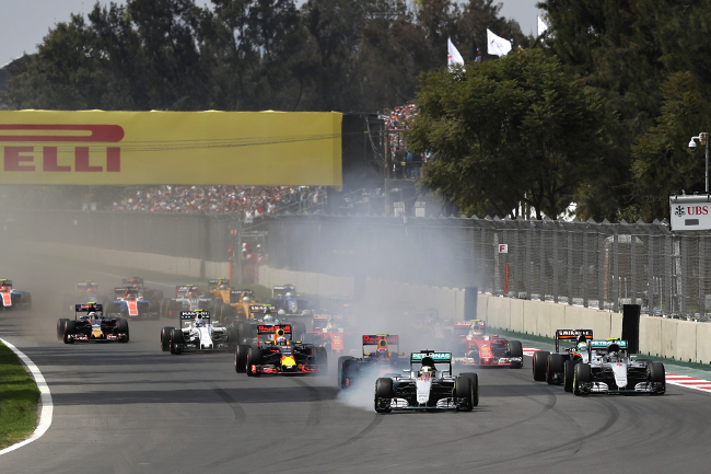 MEXICO CITY, MEXICO - OCTOBER 30:  Lewis Hamilton of Great Britain driving the (44) Mercedes AMG Petronas F1 Team Mercedes F1 WO7 Mercedes PU106C Hybrid turbo locks a wheel under braking into turn one ahead of Max Verstappen of the Netherlands driving the (33) Red Bull Racing Red Bull-TAG Heuer RB12 TAG Heuer Nico Rosberg of Germany driving the (6) Mercedes AMG Petronas F1 Team Mercedes F1 WO7 Mercedes PU106C Hybrid turbo, Daniel Ricciardo of Australia driving the (3) Red Bull Racing Red Bull-TAG Heuer RB12 TAG Heuer and the rest of the field at the startduring the Formula One Grand Prix of Mexico at Autodromo Hermanos Rodriguez on October 30, 2016 in Mexico City, Mexico.  (Photo by Mark Thompson/Getty Images)